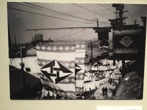 道頓堀にイ菱の旗